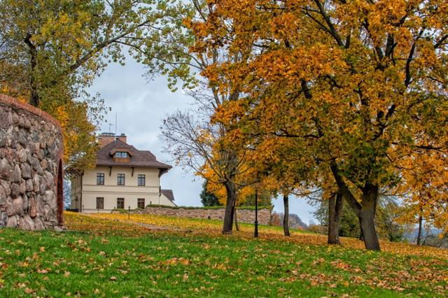 guest-house-in-autumn.jpg